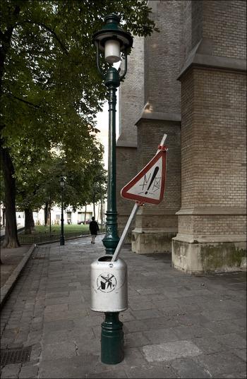 Vienna_dangerous_trashcan_01_2